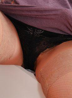 Зрелая потаскушка показывает волосатые дырочки - фото #