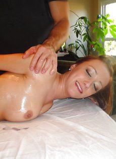 Мускулистый массажист удовлетворил клиентку на кушетке - фото #