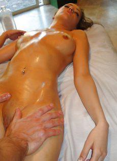 Мускулистый массажист удовлетворил клиентку на кушетке - фото #7