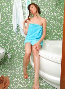 В ванной комнате барышня показывает мохнатую дырку - фото #