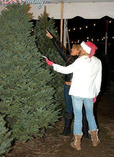 Трах с грудастыми блондинками возле новогодней елки - фото #2