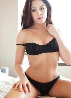 Очень милая девушка в красивом нижнем белье черного цвета - фото #3