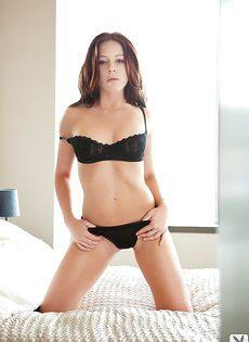 Очень милая девушка в красивом нижнем белье черного цвета - фото #6