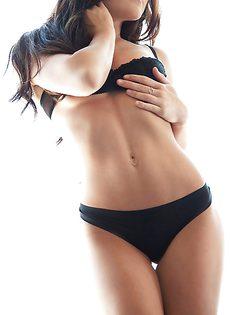 Очень милая девушка в красивом нижнем белье черного цвета - фото #7