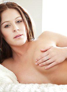 Очень милая девушка в красивом нижнем белье черного цвета - фото #