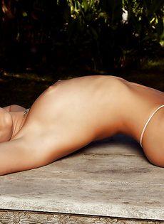 Откровенная фото сессия сексапильной брюнеточки - фото #
