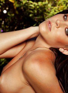Откровенная фото сессия сексапильной брюнеточки - фото #9