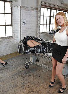 Гламурная блондинка садится на пенис после качественного минета - фото #