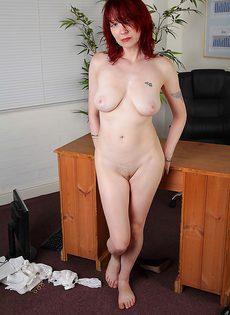 Рыжая секретарша бальзаковского возраста разделась на работе - фото #