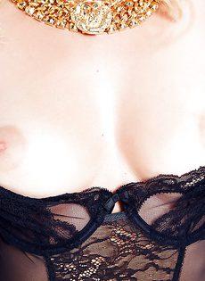 Очаровательной блондинке в чулках хочется мужской ласки - фото #