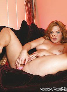Горячо мастурбирует секс игрушками обе дырочки - фото #10