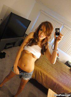 Фотографирует перед зеркалом свои красивые сиськи - фото #