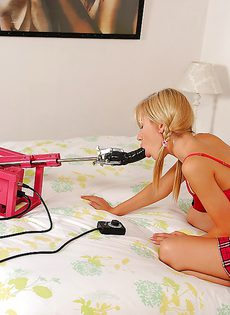 Секс машина трахает блондинку Sasha Rose между ног - фото #