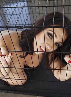 В клетке сидит брюнетистая стерва с большой задницей - фото #1