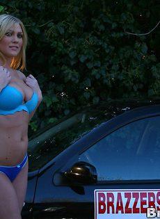 Блондинка возле машины показала сиськи и киску - фото #
