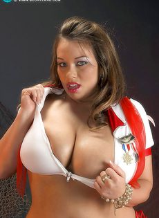 Толстушка откровенно показывает свои здоровенные дойки - фото #4