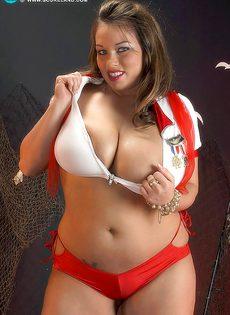 Толстушка откровенно показывает свои здоровенные дойки - фото #5