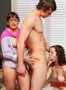 Парень трахается с молодой брюнеткой под присмотром зрелой бабы - фото #8