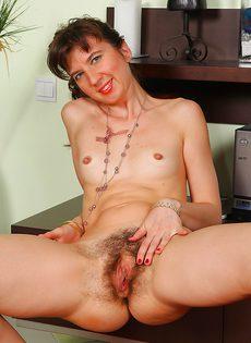 Тощая женщина не собирается брить промежность - фото #10