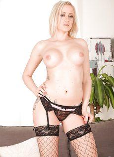 Ухоженная блондинка с красивой грудью трогает киску - фото #