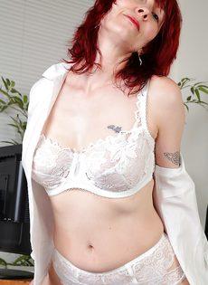 Рыжая начальница устроила мастурбацию в кабинете - фото #4