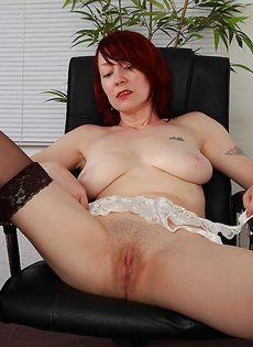 Рыжая начальница устроила мастурбацию в кабинете - фото #