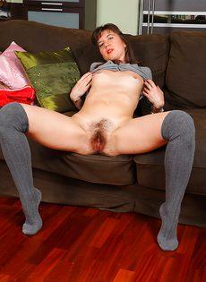 Расположилась на диванчике и показала горячую мохнатку - фото #