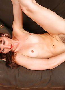 Волосатая промежность зрелой бабенки с маленькими сиськами - фото #