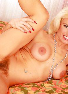 Блондинка Виктория с большими сиськами и волосатой киской - фото #
