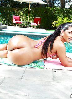 Латиноамериканка привлекает своей большой жопой - фото #