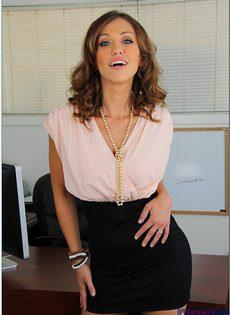 Фото сессия очаровательной секретарши в офисе - фото #1