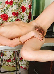 У зрелой худенькой брюнетки очень мохнатая промежность - фото #