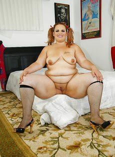 Толстая развратница гладит дырку между ногами - фото #10