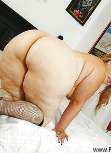 Толстая развратница гладит дырку между ногами - фото #14