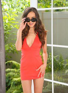 Гламурная брюнетка красиво снимает с себя платье - фото #1