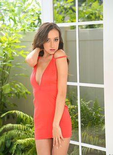 Гламурная брюнетка красиво снимает с себя платье - фото #