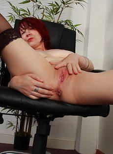 Рыжая баба мастурбирует дырки на работе - фото #13