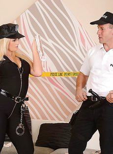 Полицейские занимаются шикарным сексом на диване - фото #1