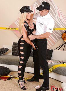 Полицейские занимаются шикарным сексом на диване - фото #2