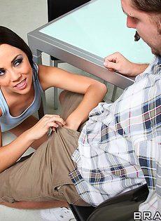 Милашка Kristina Rose присела горячей пизденкой на половой член - фото #