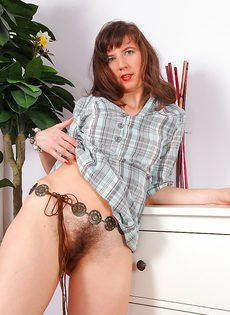 Зрелая бабенка сидит на полу и показывает волосатую дырку - фото #3