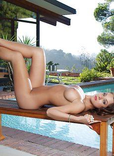 Потрясающая девушка с силиконовыми сиськами красиво позирует - фото #