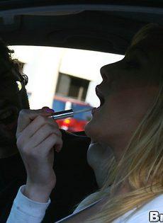 Возле машины блондинка Виктория дала себя трахнуть - фото #