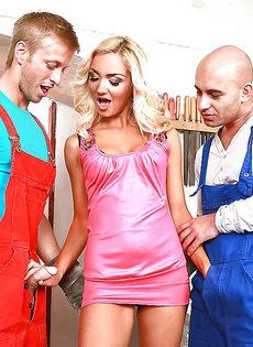 Длинноногая блондинка удовлетворила двух парней своим ротиком - фото #