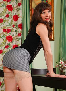 Сорокалетней брюнетке нравится выставлять напоказ волосатые дырки - фото #1