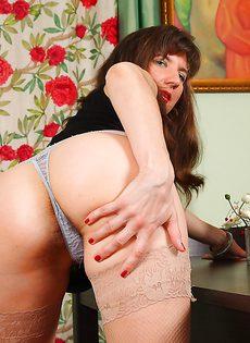 Сорокалетней брюнетке нравится выставлять напоказ волосатые дырки - фото #