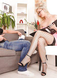 Красавица в чулочках засосала большой член паренька - фото #