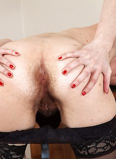 Брюнетка показывает очень волосатые дырки на работе - фото #