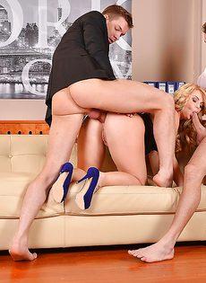 Блондинка давно хотела попробовать двойное проникновение - фото #7