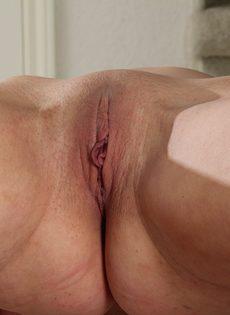 Веселая телка расположилась на полу и показала розовую вагину - фото #